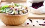 Салат с жареным беконом, фасолью и сухариками